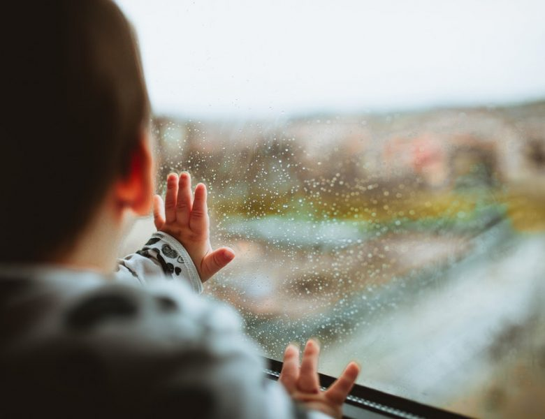 Comment habiller bébé sous la pluie ?